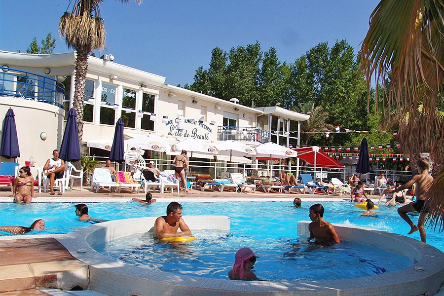 campsite with pool heated serignan.